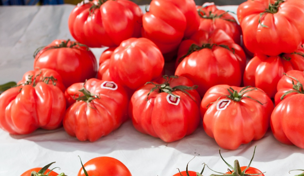 como cortar tomate rosa